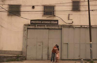Sandro é solto e Lurdes o recebe — Foto: TV Globo