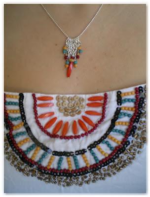collier argenté et petit haut blanc ethnique