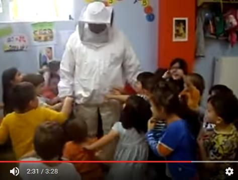 Ο Μελισσοκόμος Νίκος Ζουμπεράκης στον βρεφονηπιακό σταθμό Κεραζώζα video