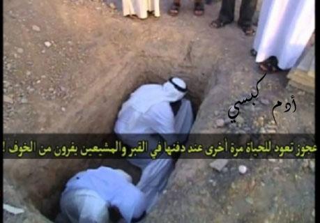 عجوز تعود للحياة عند دفنها في القبر والمشيعين يفرون من الخوف !