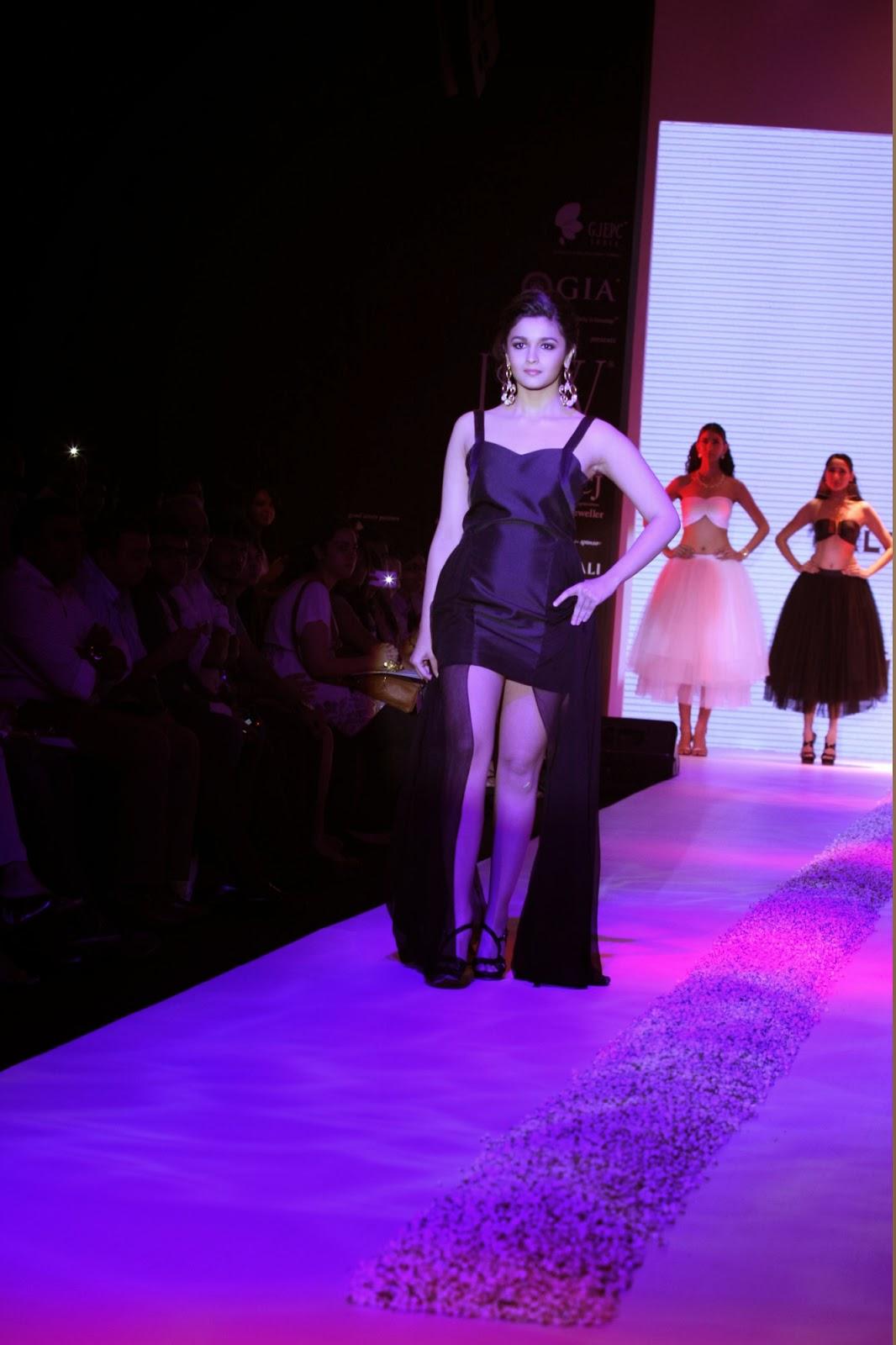 Alia Bhatt Hot in Black Legs Show - boobs touch