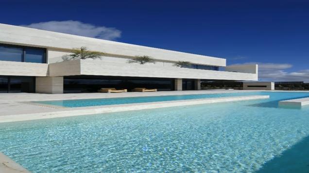 Casas con piscinas en interiores exteriores dise o de for Diseno de piscinas para casas de campo