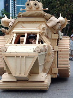 tanque futurista esculpido con madera