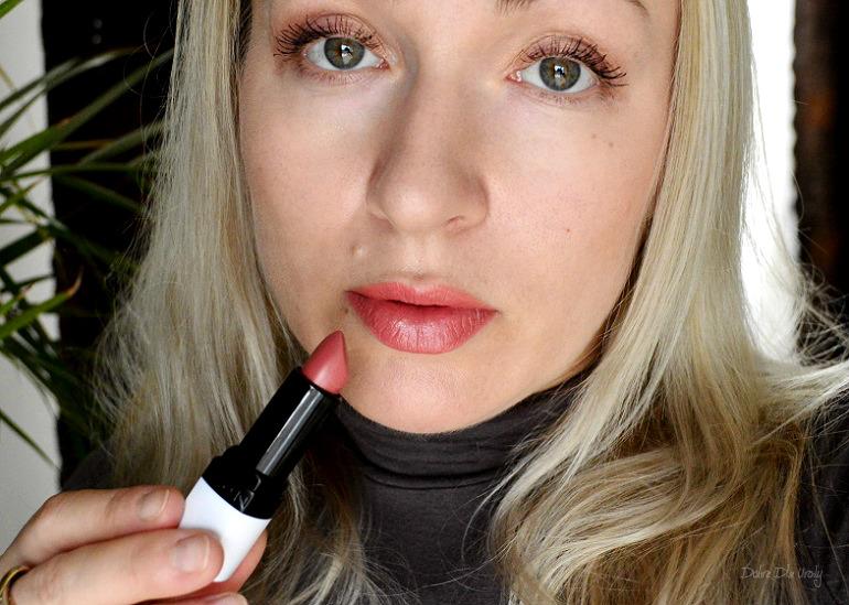 Trwała szminka Moc Koloru Avon Mark - Rosy Outlook swatche