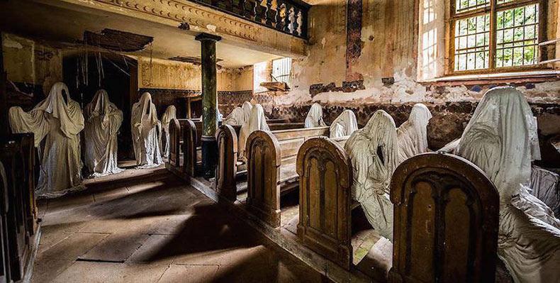 Artista desarrolla espeluznantes 'fantasmas' sentados en los bancos en ruinas de una iglesia abandonada