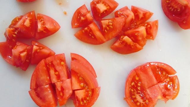 トマトはさいの目に切る