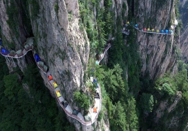 Ada WIFi, Tandas, Berkhemah Di Tebing Pada Ketinggian 1,700 Meter