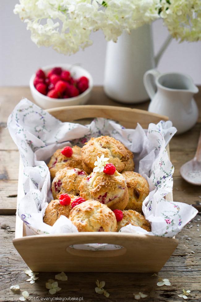 muffinki na maślance z malinami białą czekoladą i wiórkami kokosowymi
