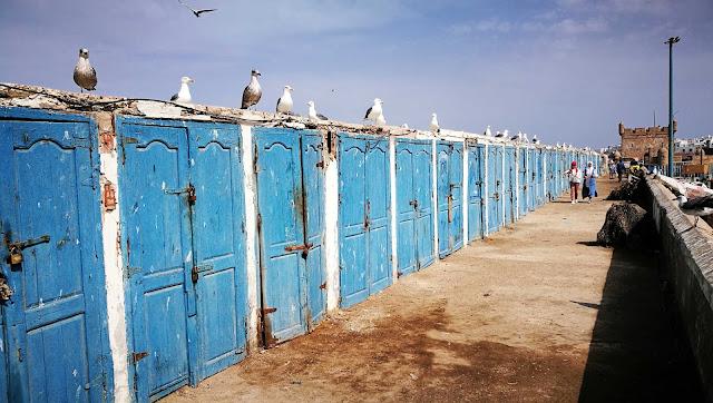 Dziwne składziki na murach wokoło portu, Essaouira, Maroko
