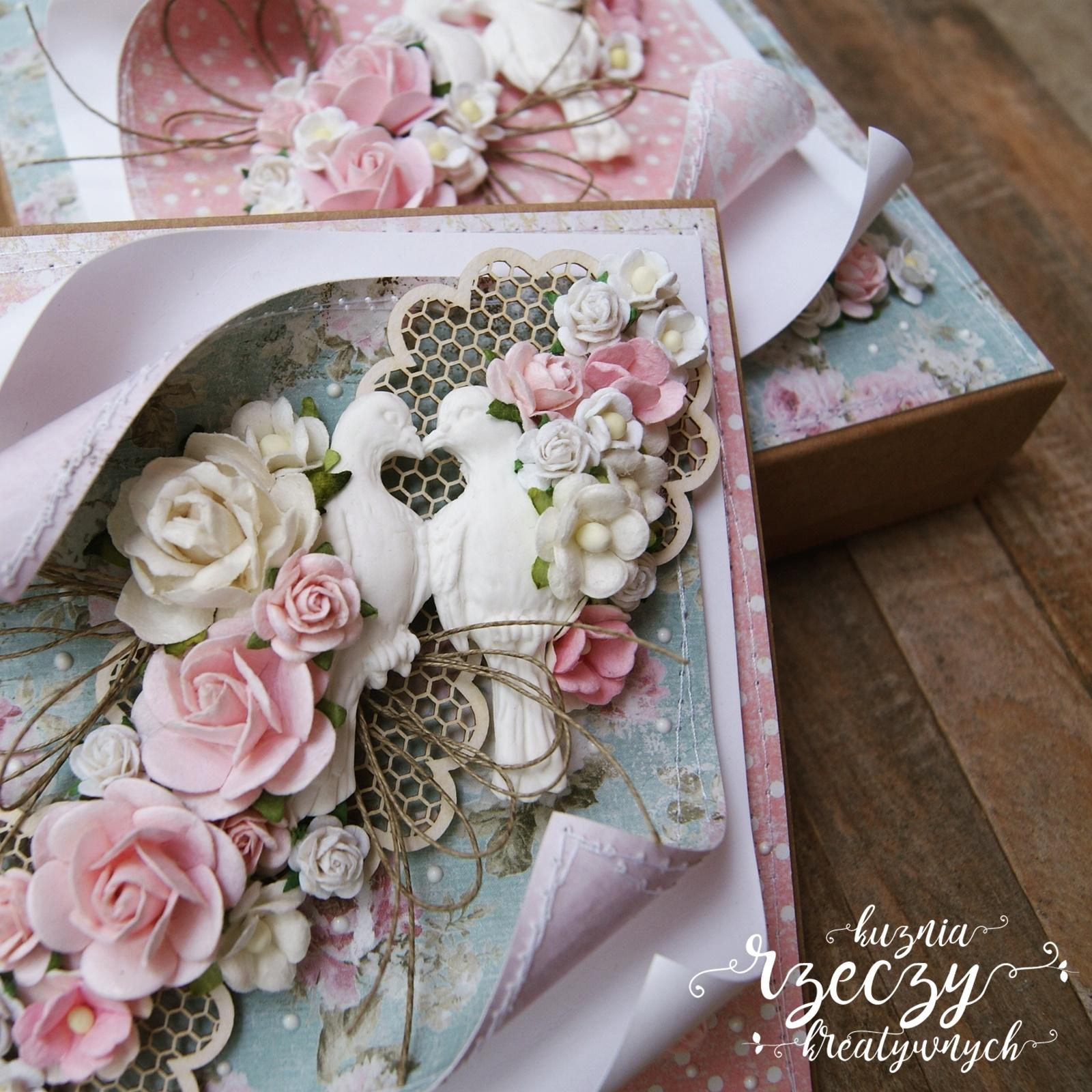 Zestaw ślubny: kartka i pudełko. I kartka i pudełko udekorowane w spójnym stylu w oparciu o pastelową kolorystykę i mnóstwo kwiatów.
