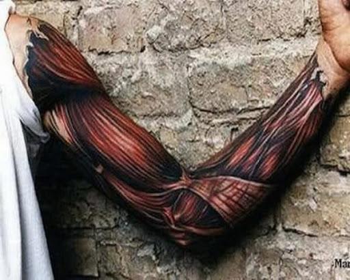 Fibra muscular luva cheia de tatuagem