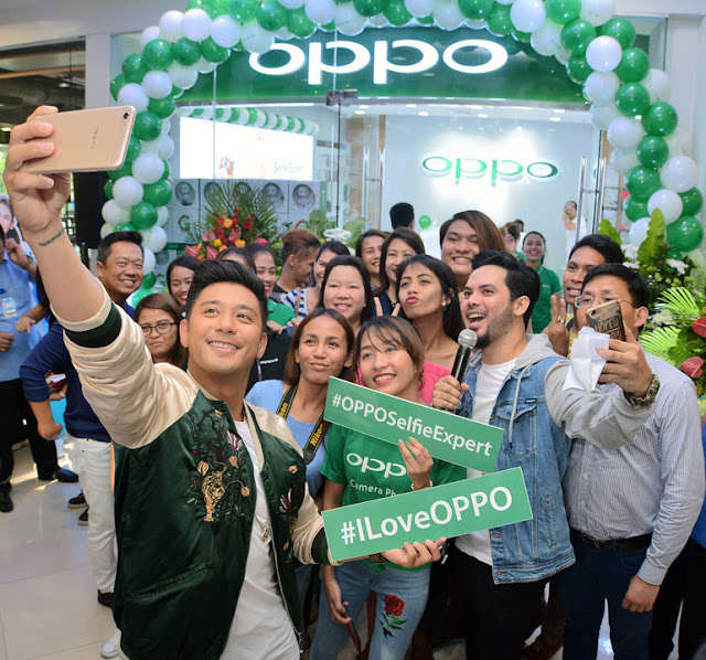 Groufie with Oppo Influencer, Rocco Nacino with Guests and Visitors of the branch