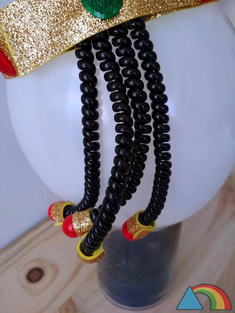 Detalle de los rulos hechos con goma de pelo de espiral, Goma Eva y bolas de porexpán para corona de Cleopatra