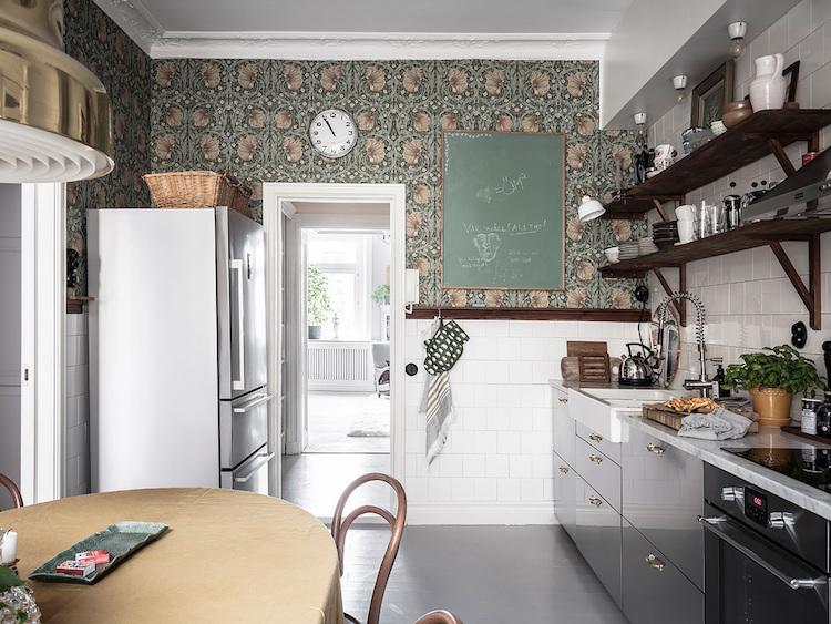 Papel pintado de William Morris en una cocina antigua y moderna