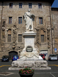 A statue erected to commemorate the life of Palestrina in his home town