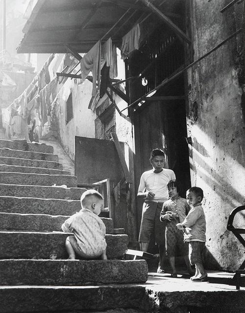 "Foto: Yau Leung - ""Boy Climbing Steps"", 1960-70s. // imagenes chidas, historicas, bellas, hong kong antiguo, blanco y negro, cool pictures, vintage photos."