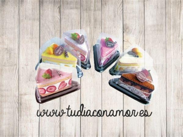 Toallas envueltas en forma de pastel como detalle de boda, un regalo moderno y útil para vuestras invitadas