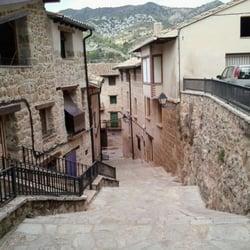 Beceite, escalinata, fonda roda al fondo, acequia a la derecha