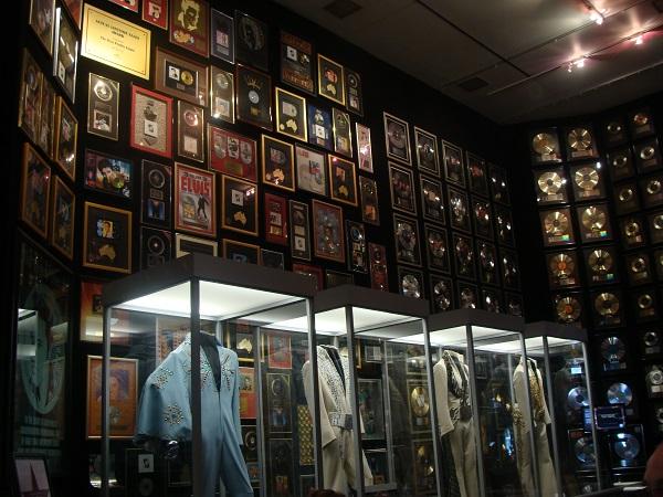 Im Raquetball Room auf Graceland hängen Goldene Platten und Anzüge von Elvs