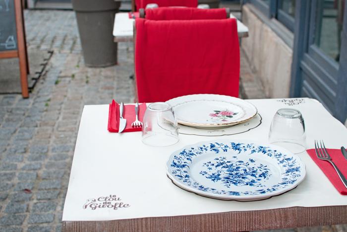 vue d'une table de la terrasse du Restaurant le clou de girofle à Caen