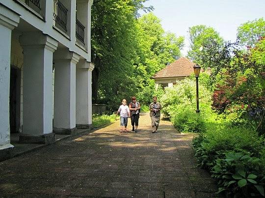 Przed wejściem do Muzeum Emila Zegadłowicza.