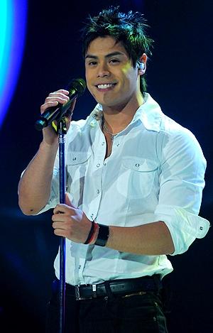Foto de Rubén Alvarez agarrando el micrófono