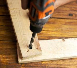 Pelubangan kayu ditumpuk dengan drilling machine