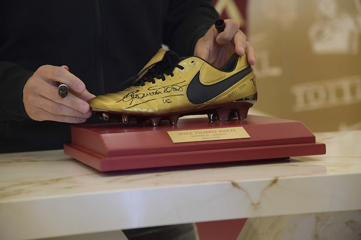 online retailer bb6f2 bb1c0 0010 | 2500 - Totti Trains In Nike Tiempo X Totti Boots With ...