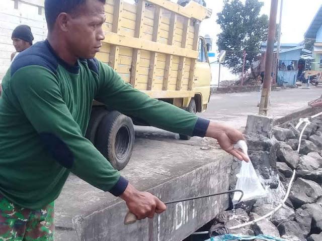 Babinsa Koramil Jailolo Gagalkan Penyeludupan 33 Kantong Cap Tikus di KM Halbar Pratama