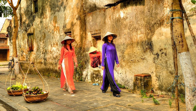 How does Vietnam attract international tourists? 3