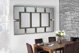 Nástenné zrkadlo s patinou.