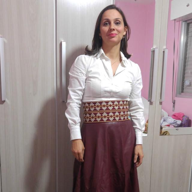 Bem gaúcha, na abertura da Semana Farroupilha - saia de couro vinho, cinto pampa, camisa branca e pala