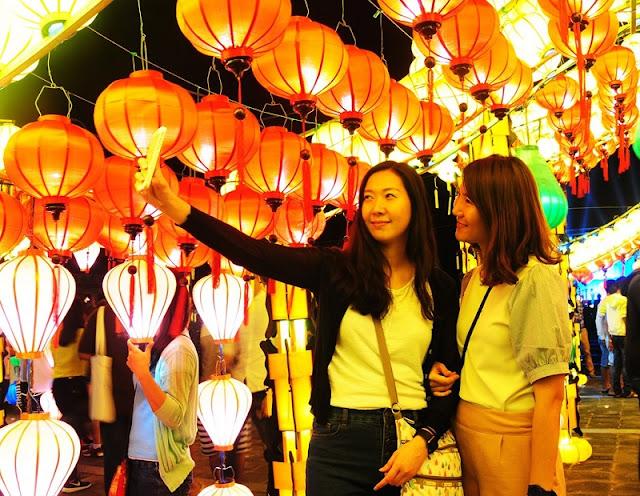 Lighting up lanterns for Tet 4