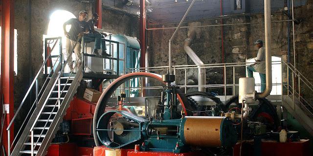 Interieur de la salle des machines de la distillerie