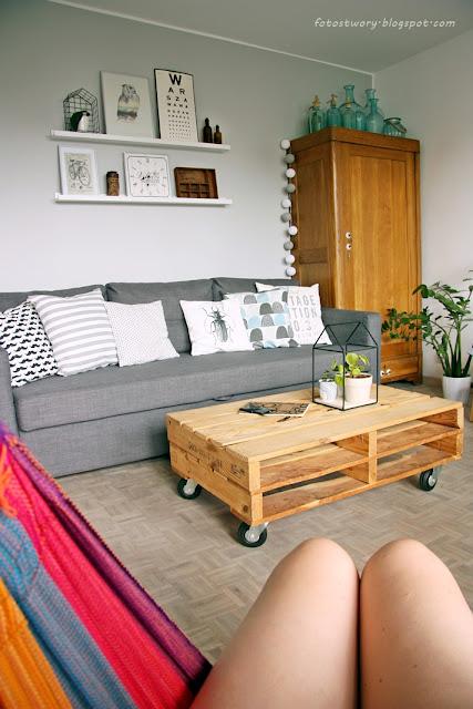 sofa, stara szafa, stolik z palet, szara kanapa, biała podłoga