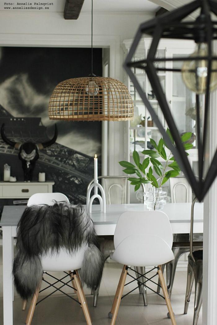 annelies design, webbutk, webbutiker, vako, vas, matsal, matplats, matbord, stolar, fårskinn, arcus ljusstake, inredning, dekoration, korp, fågel, kvist, gröna växter, lampa, buffelhuvud, döden, lampa, lampor