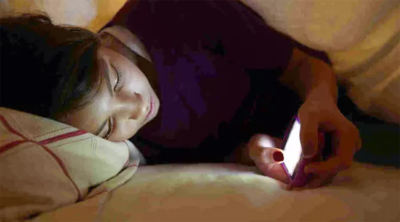 Sering Main Ponsel Sebelum Tidur? Waspada 5 Risiko Ini