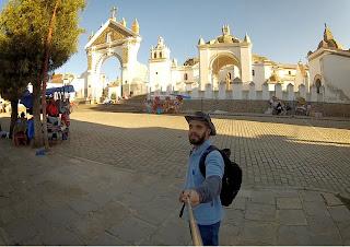 Igreja da praça central de Copacabana / Bolívia.