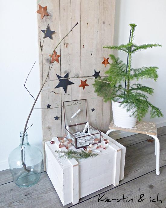 Dekoration mit DIY-Adventskalender und Kupfer