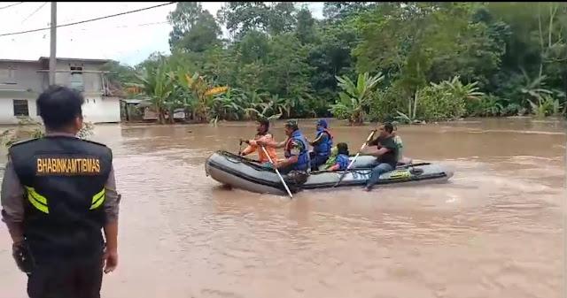 Terkurung Banjir, Warga Makale Dievakuasi Pakai Perahu Karet