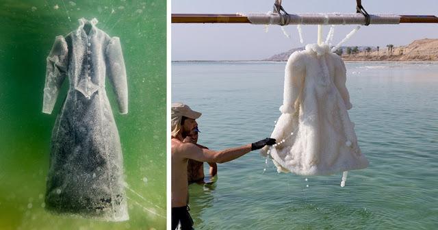 Βυθίσε ένα φόρεμα για 2 χρόνια στη Νεκρά Θάλασσα, σήμερα είναι ένα κρυστάλλινο αριστούργημα.