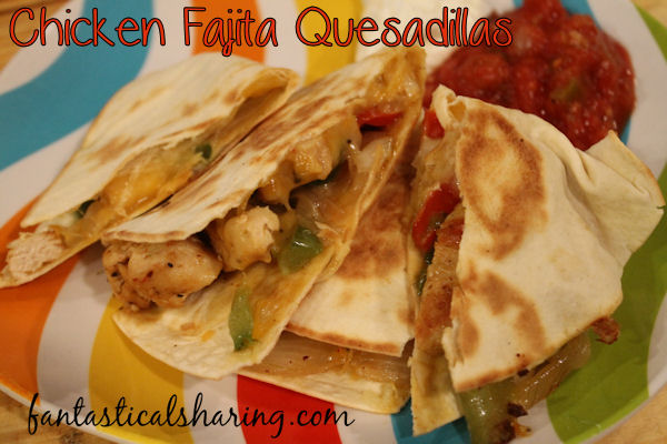No need to pick between the two - these Chicken Fajita Quesadillas are fabulous! #recipe #chicken #quesadilla #maindish