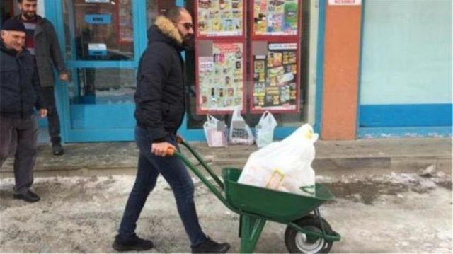 Δείτε πώς διαμαρτύρονται οι Τούρκοι για το «χαράτσι» στις πλαστικές σακούλες (βίντεο)