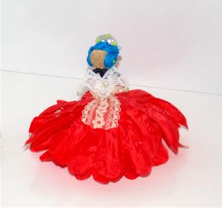Muñeca fallera hecha con flores