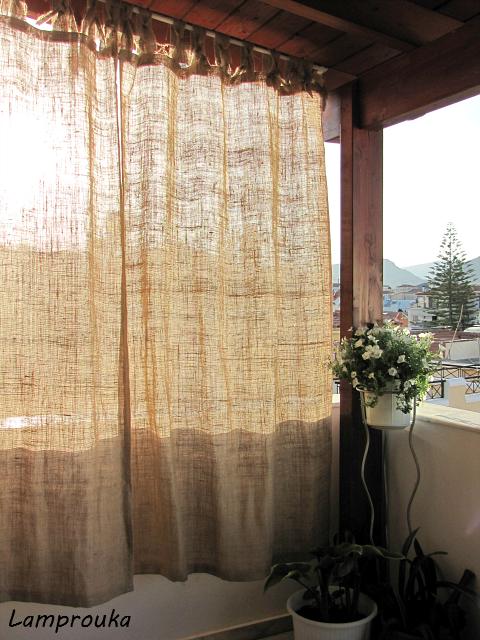 Αυτές είναι οι κουρτίνες που έφτιαξα για το μπαλκόνι μου από λινάτσα.