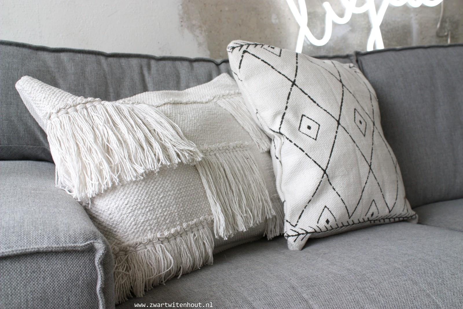 Kussen Wit 13 : Zwart wit en hout zw h jaar zusss winactie uitslag
