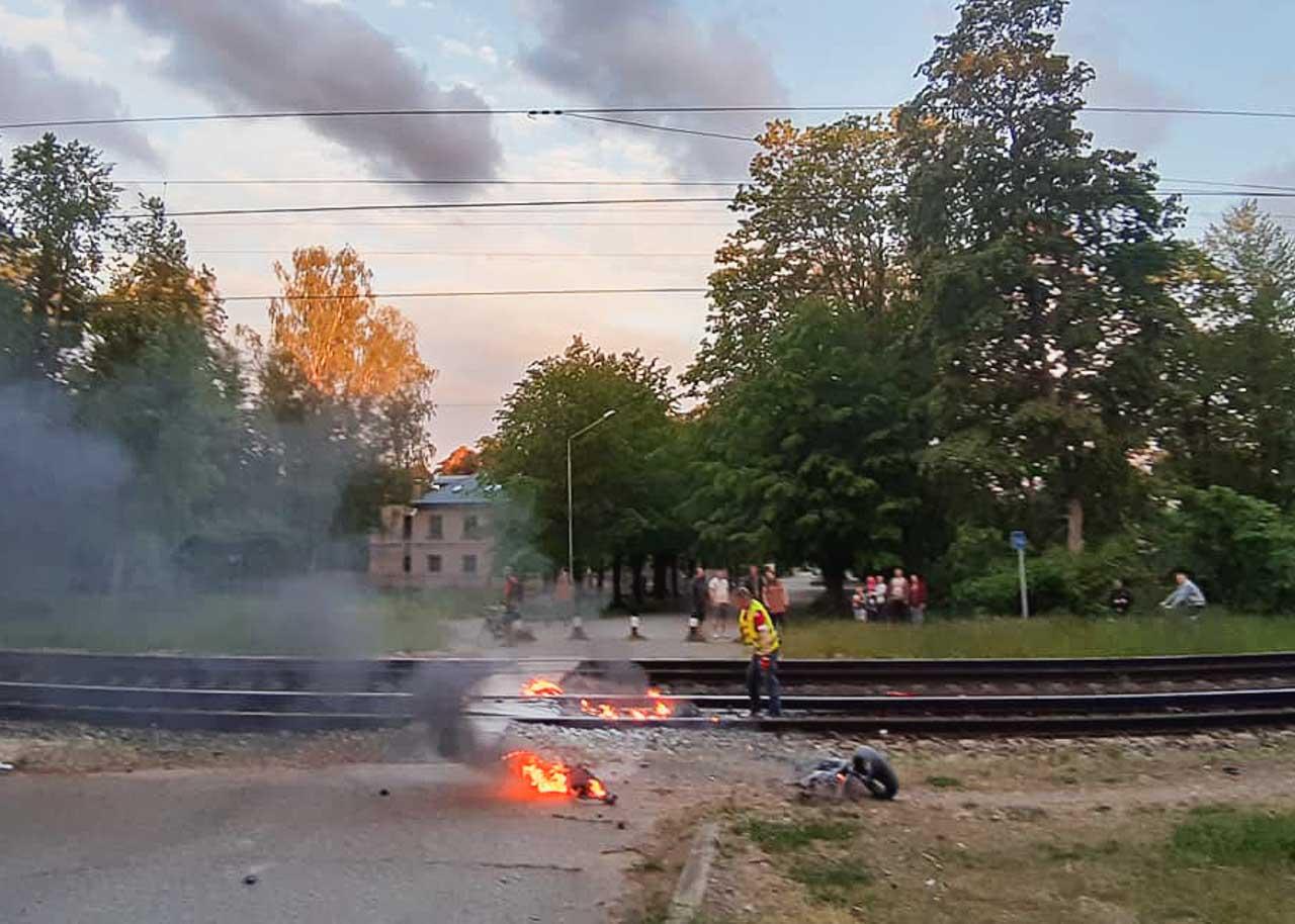 Vīrietis dzēš liesmas pie dzelzceļa sliedēm