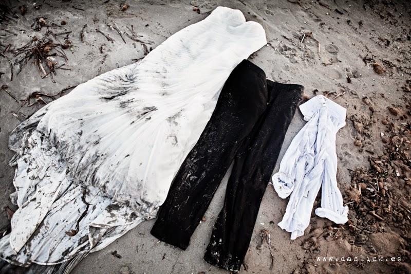 traje de bodas en la arena