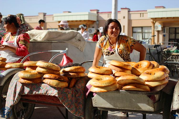 Le Chameau Bleu - Blog Voyage Ouzbékistan - Vendeuse de pain Ouzbekistan