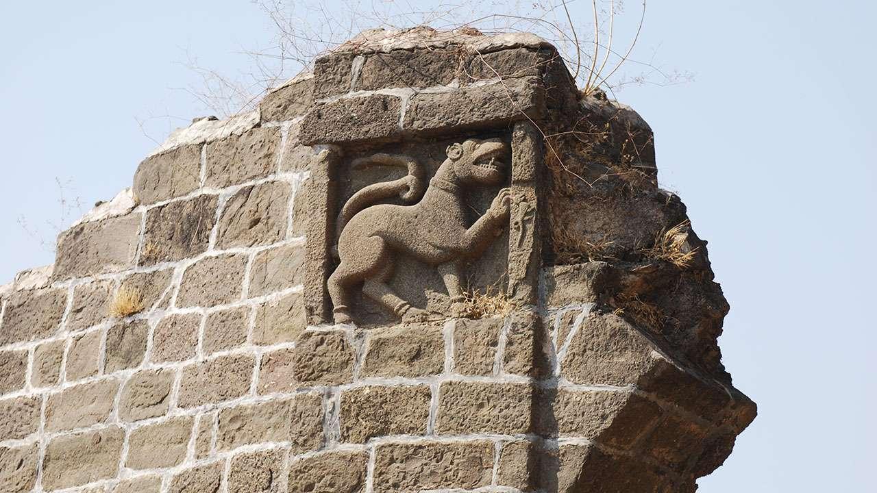 किल्ल्याच्या भिंतीवरिल कोरीव सिंह